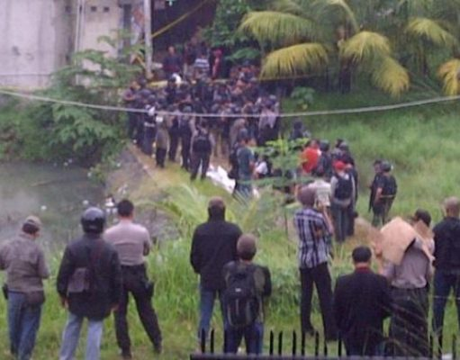 Situasi penggerebekan rumah kontrakan terduga teroris di di Gang H Hasan, Jalan KH Dewantoro, RT/ RW 04/07, Kelurahan Sawah, Ciputat, Tangerang Selatan, Rabu (1/1/2014).