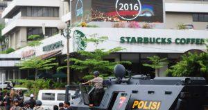 Sejumlah petugas kepolisian berjaga di sekitar lokasi ledakan diduga bom yang meledak di Starbucks Coffe Sarinah, Jakarta, Kamis (14/1). Petugas berhasil membekuk pelaku penyerangan dan peledakan di kawasan Sarinah yang berjumlah tujuh orang, sebanyak empat pelaku berhasil dilumpuhkan sedangkan tiga pelaku ditembak mati oleh petugas. ANTARA FOTO/Wahyu Putro A/foc/16.