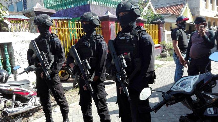 Tim Densus 88 Anti Teror Mabes Polri menangkap seorang terduga teroris di Surabaya, Senin (19/6/2017) siang. Petugas Gegana Brimob Polda Jatim melakukan penjagaan di lokasi kejadian. SURYA/FATKUL ALAMY Artikel ini telah tayang di Tribunnews.com dengan judul BREAKING NEWS: Densus Tangkap Terduga Teroris di Surabaya, https://www.tribunnews.com/regional/2017/06/19/breaking-news-densus-tangkap-terduga-teroris-di-surabaya. Penulis: Fatkul Alamy Editor: Dewi Agustina